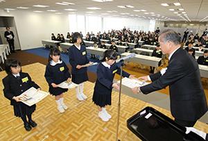 第5回「おかやま新聞コンクール」の表彰式で松田正己山陽新聞社社長(手前右)から賞状などを贈られる受賞者