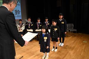 第7回「おかやま新聞コンクール」の表彰式で松田正己山陽新聞社社長から賞状などを受け取る子どもたち